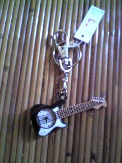 ギター型キーホルダー時計♪
